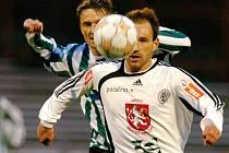 Byl u míče dřív. Hradecký útočník Miroslav Vodehnal se v tomto momentu dostal před stopera Bohemians Miroslava Obermajera.