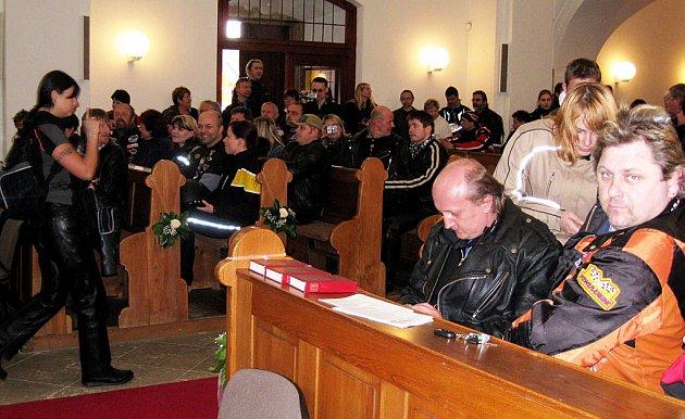 MOTORKÁŘI dostali v kostele požehnání od faráře a vyrazili na výjíždku k rybníku Mílovy