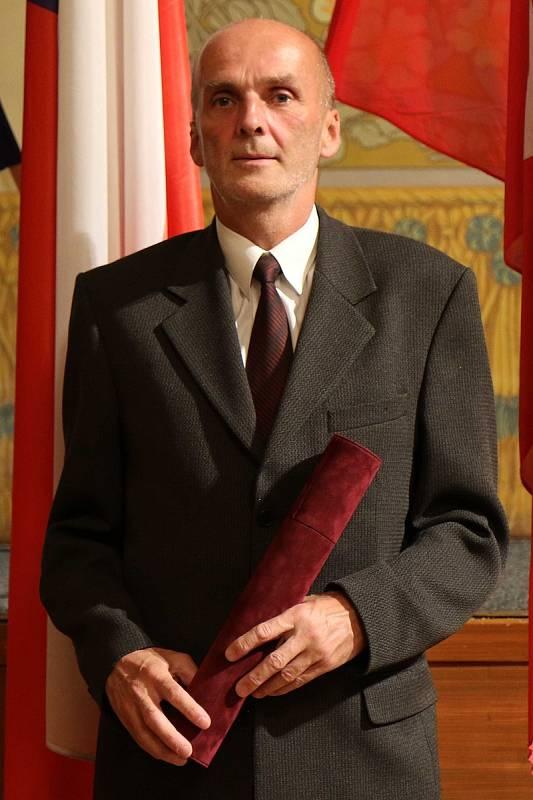 Karel Novotný ml. převzal cenu za svého otce Karla Novotného, který byl in memoriam oceněn za dlouholeté zásluhy o rozvoj města Litomyšle v oblasti sportu.