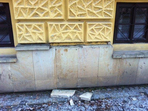 Boj s vandaly ničícími památky trvá