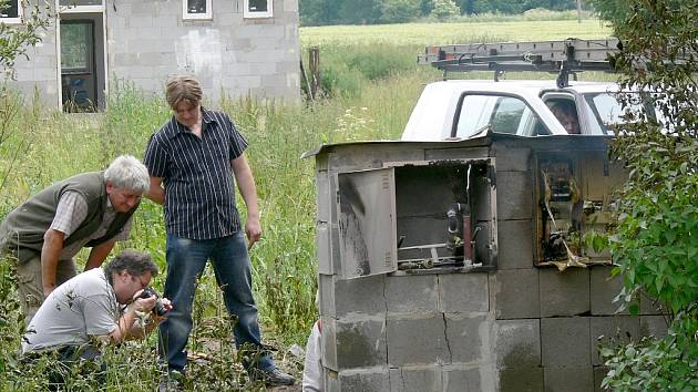 Technici zkoumají místo výbuchu.