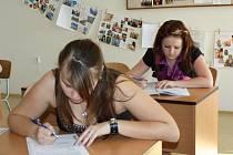 Studenti posledních ročníků středních škol  skládají  zkoušky z dospělosti. Ve středu začali didaktickým testem a  slohovou prací z českého jazyka.