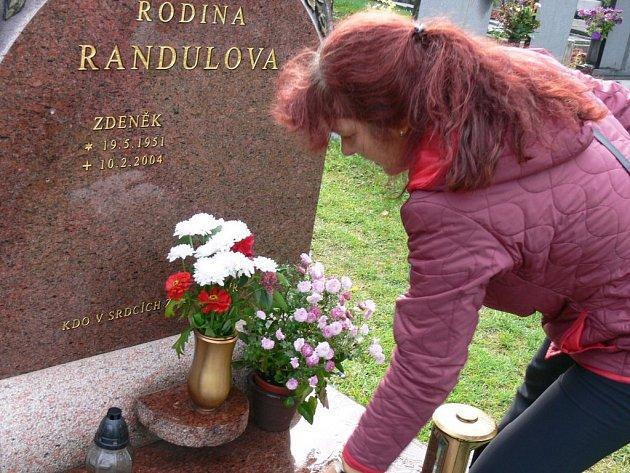 Libuši Randulové (na snímku) zničil mladík hrob manžela. Škodu odhaduje na deset tisíc korun.