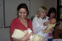 Studentky druhých ročníků litomyšlské pedagogické školy se zapojily do projektu Adoptuj panenku se.
