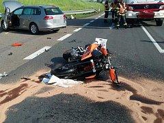 Poslední větší nehoda se tu stala v květnu, kdy řidička jedoucí ze Svitav do Koclířova nedala přednost motorkáři na hlavní I/35 (na snímku). Ten naštěstí vyvázl jen s lehčím zraněním. Je to typický scénář zdejších střetů. Řidiči autobusů dokonce křižovatk