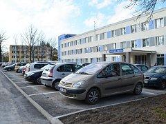 Nové parkoviště u svitavské polikliniky.