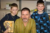 Vybrat barvy a jde se na to. Ve spolupráci s rodiči a spisovatelem si děti vytvořily vlastní auto se zvedací kapotou. Někdo si přinesl i  knihy, které jim autor s věnováním podepsal. Na památku si někteří odnesli i společnou fotografii.