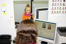 Cestovní pas musí mít od konce letošního června všechny děti bez rozdílu věku.  Aby je pracovnice úřadů mohly vyfotit, musí si poradit jak s jejich pozorností, tak velikostí. Některé stojí na stoličce, jiné pózují v sedačce.