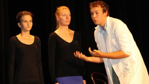 Herci svitavského Docela malého divadla zahráli esperantistům Čapkovu hru R.U.R. v jejich jazyce.