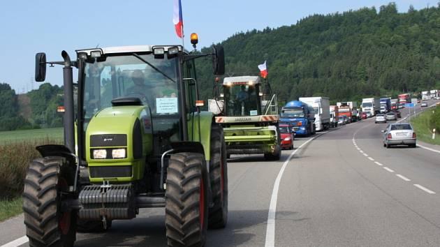 Zemědělci ze svitavského okresu se dnes připojili k protestní akci. S traktory, nákladními auty, ale i kombajny a řezačkami popojížděli po silnici z Moravské Třebové na Hřebeč.