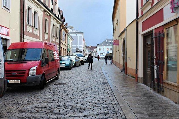 NÁSLEDKEM pádu cyklistky v ulici Masarykova v Poličce bylo zranění. Celá věc je nyní v šetření policie.