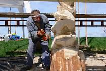 Řezbáři vdechují nový život třímetrovým torzům topolů na Svitavském stadionu.