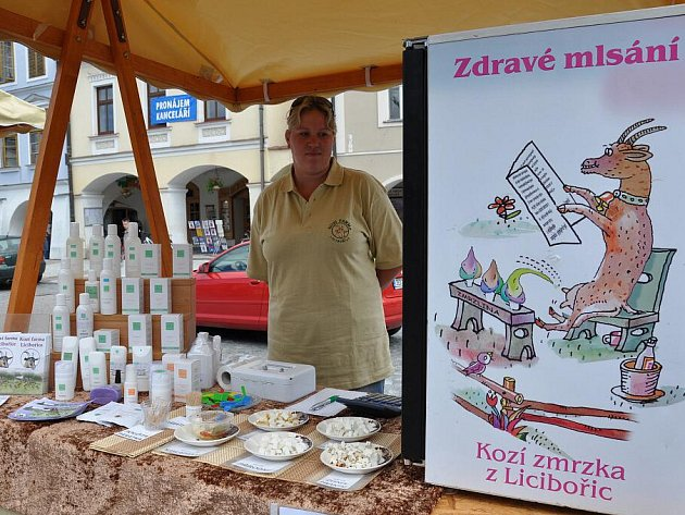 Výrobky z kozí farmy na farmařských trzích ve Svitavách.