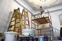 Malíř Pavel Konečný se svojí partou pracuje na výmalbě haly v paláci.