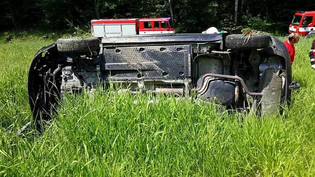 Auto vylétlo na pole, na místo letěl vrtulník.