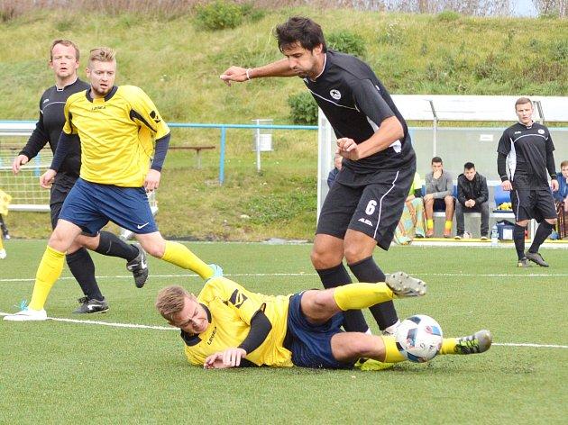 Cenné tři body si ze svitavské umělky odvezli fotbalisté Pomezí (v černých dresech).