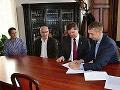 SMLOUVU O SMLOUVĚ BUDOUCÍ podepsalo vedení města s ředitelem a projektovým vedoucím lanškrounské výrobny. Výstavba nové haly začne letos v květnu.
