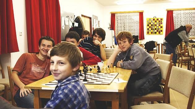 MLADÍ HRÁČI a budoucí naděje šachového oddílu TJ Jiskra Litomyšl při výkladu teorie na páteční schůzce tamního kroužku.