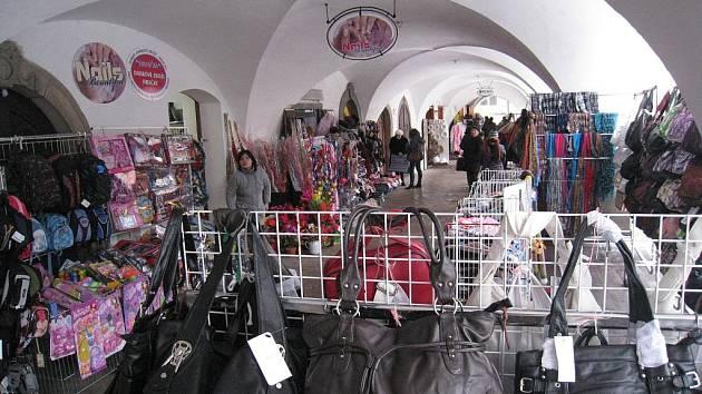 Historické podloubí v Litomyšli je zvláště před Vánoci plné zboží, které  nabízejí trhovci především z Asie.