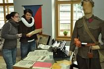 ČETNICKÁ STANICE. Třída Bohuslava Martinů se proměnila v četnickou stanici. Nechybí zde uniformy, zbraně, ani mapy.