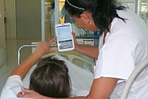 Tablet pomáhá při komunikaci s neslyšícími.