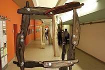 Wit Pichurski představil vertikální sochy, které se filozofickou formou snaží donutit návštěvníky expozice k zamyšlení.