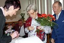 Anna a Karel Zemanovi se zapsali do pamětní knihy. Kamennou svatbu neslaví v Dolním Újezdu každý den.