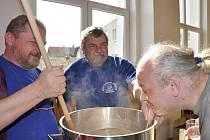 Milovníci piva, domácí vařiči a sběratelé různých pivních suvenýrů z celých východních Čech se sjeli v sobotu do Litomyšle na Veselku.