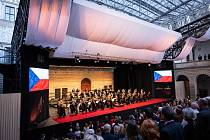 Ve čtvrtek 1. července byl slavnostně zahájen Národní festival Smetanova Litomyšl, a to netradičně na dvou místech současně. Hudba zněla jak nádvořím zámku v Litomyšli, tak také v Nových Hradech.