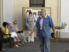 Milan Nechuta při přednášení svých povídek