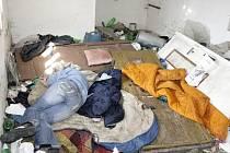 Opilá bezdomovkyně spící v prostorách domu