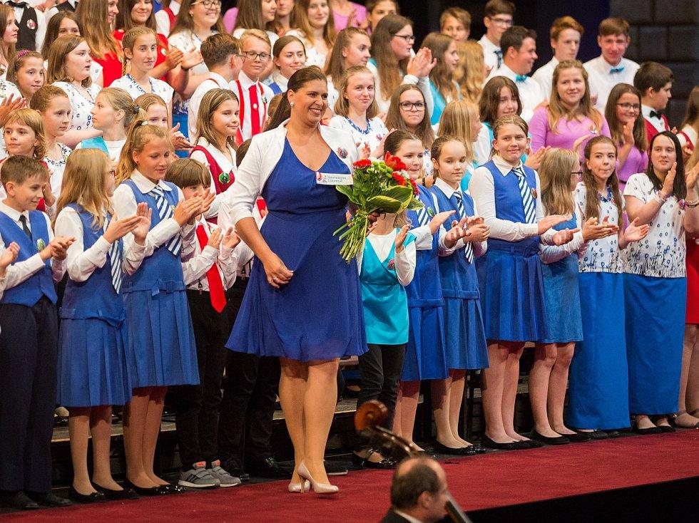 Sbor tvořený třemi stovkami malých zpěváčků z celého kraje zazpíval na Smetanově Litomyšli