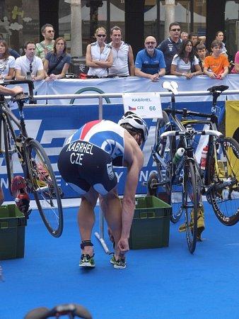 VBĚŽECKÉ ČÁSTI rakouského triatlonu neodolal Tomáš Kabrhel nástupu zkušenějších soupeřů, třetí pozici však uhájil.