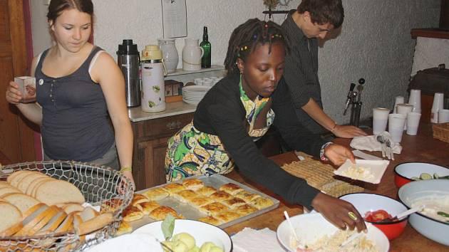 Trstěnický faun nabídl mezinárodní umění. Joseline Amutuhaire uvařila pro návštěvníky Trstěnického fauna tradiční jídlo z její rodné Ugandy.
