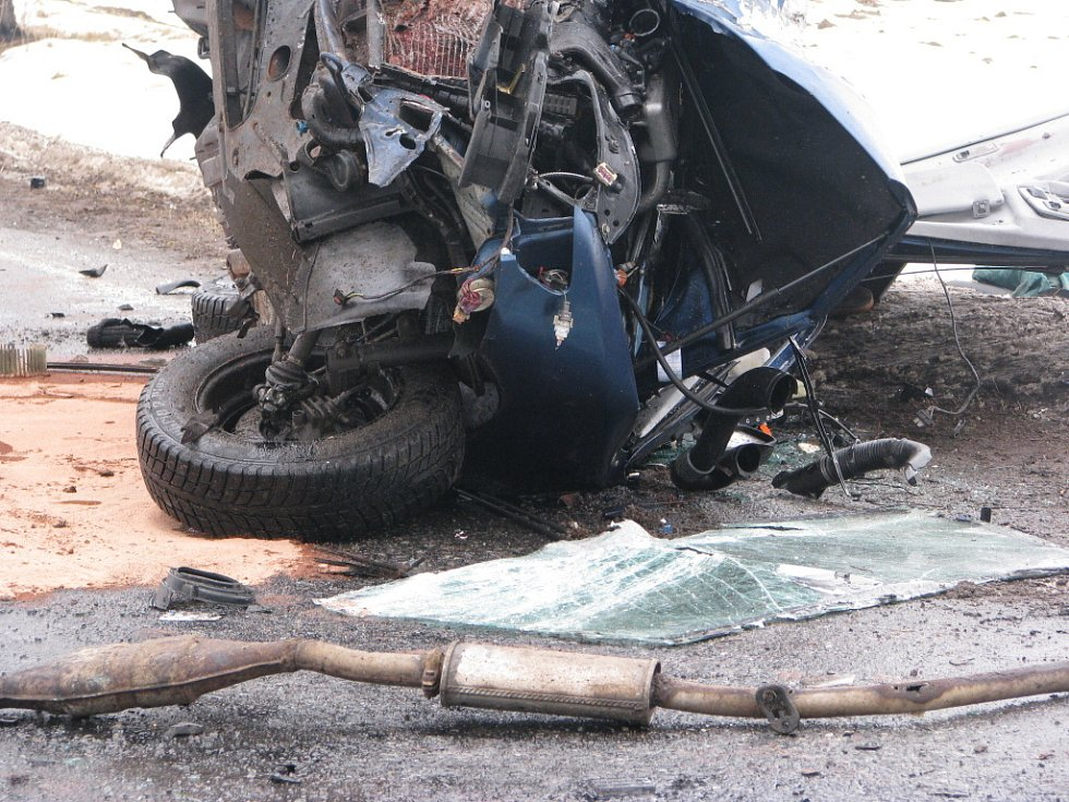 Havárie o obce Lezník. Řidič po nárazu do stromu na místě zemřel.