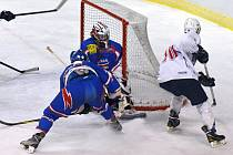 Pokud se hráči věnovali hokeji a ne faulům, dalo se na zápas dívat.  Rivalové mají ke třetímu místu stejně daleko.
