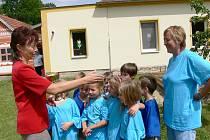 Děti dostaly putovní pohár za vítězství v malé olympiádě.