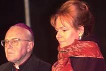 Biskup Jaroslav Škarvada s Dagmar Havlovou.