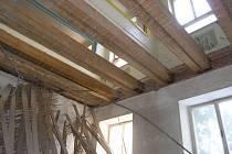 Vyřezané podlahy a stropy v budově dětské nemocnice.