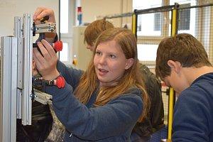 Děti si vyzkoušely šachy s robotem nebo strojní pexeso