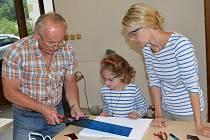Sklář v muzejních dílnách učil kluky a holky pracovat se sklem. Naučili se ho řezat a vyrábět šperky.