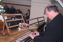 Václav Uhlíř hraje na nově zrestaurované varhany v Trpíně