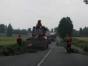 Odklízení silnice u Mikulče