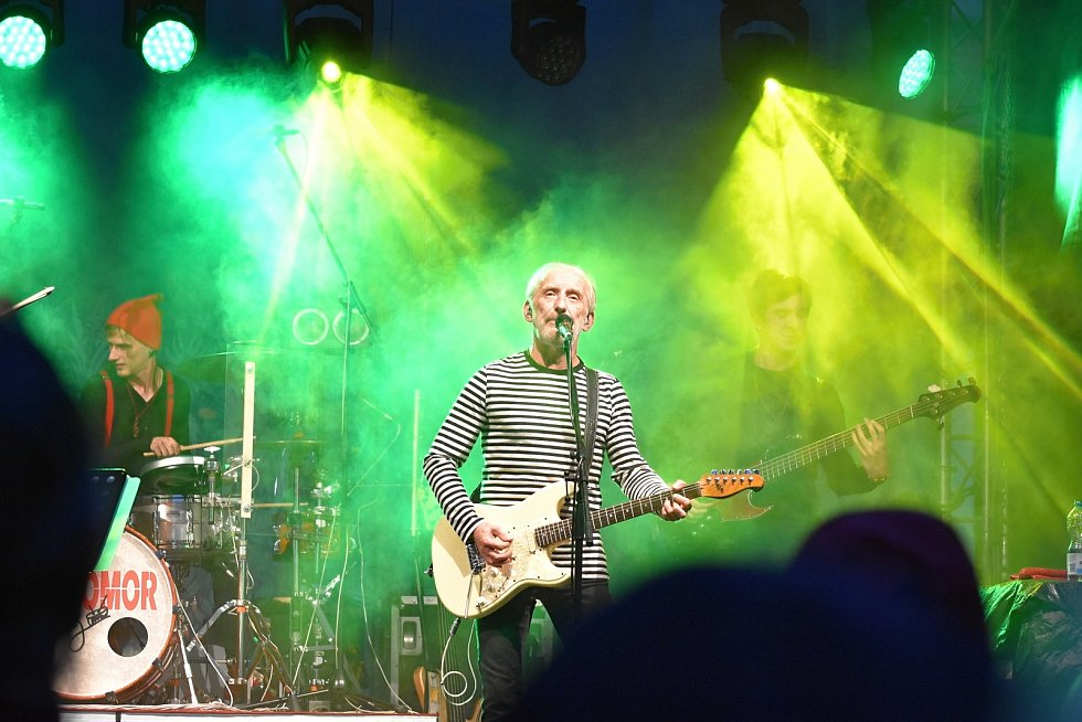 Koncert kapely Čechomor v Litomyšli se uskutečnil v dešti. Nádvoří zámku i tak zaplnily stovky lidí.