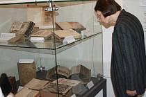 DESÍTKY BIBLÍ najdou lidé v Centru Bohuslava Martinů v Poličce. Muzejníci sáhli do depozitářů, aby představili poklady, které tam měli uložené. Výstava potrvá do 11. listopadu.