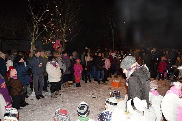 V JAVORNÍKU byste hledali vánoční smrček marně. Je zde tradicí rozsvěcovat vánoční javor. Při této příležitosti nechybělo vystoupení žáků místní ZŠ a MŠ, kteří zahráli příběh o narození Ježíška.