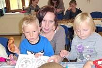 NA PODZIMNÍ dílničce děti vyráběly různé podzimní ozdoby z kaštanů a žaludů.
