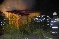 Profesionální hasiči z Litomyšle a dobrovolní hasiči z Čisté a Dolního Újezdu zasahovali u požáru chatky v Litomyšli.