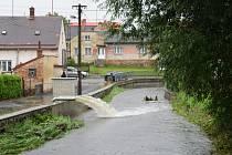 Ve Svitavách se po dešti zvedla hladina řeky.