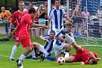 FOTBALISTÉ Dolního Újezdu si poradili s odvěkými rivaly z Morašic (hosté s pruhy) a mohou se těšit na další pohárové dějství.